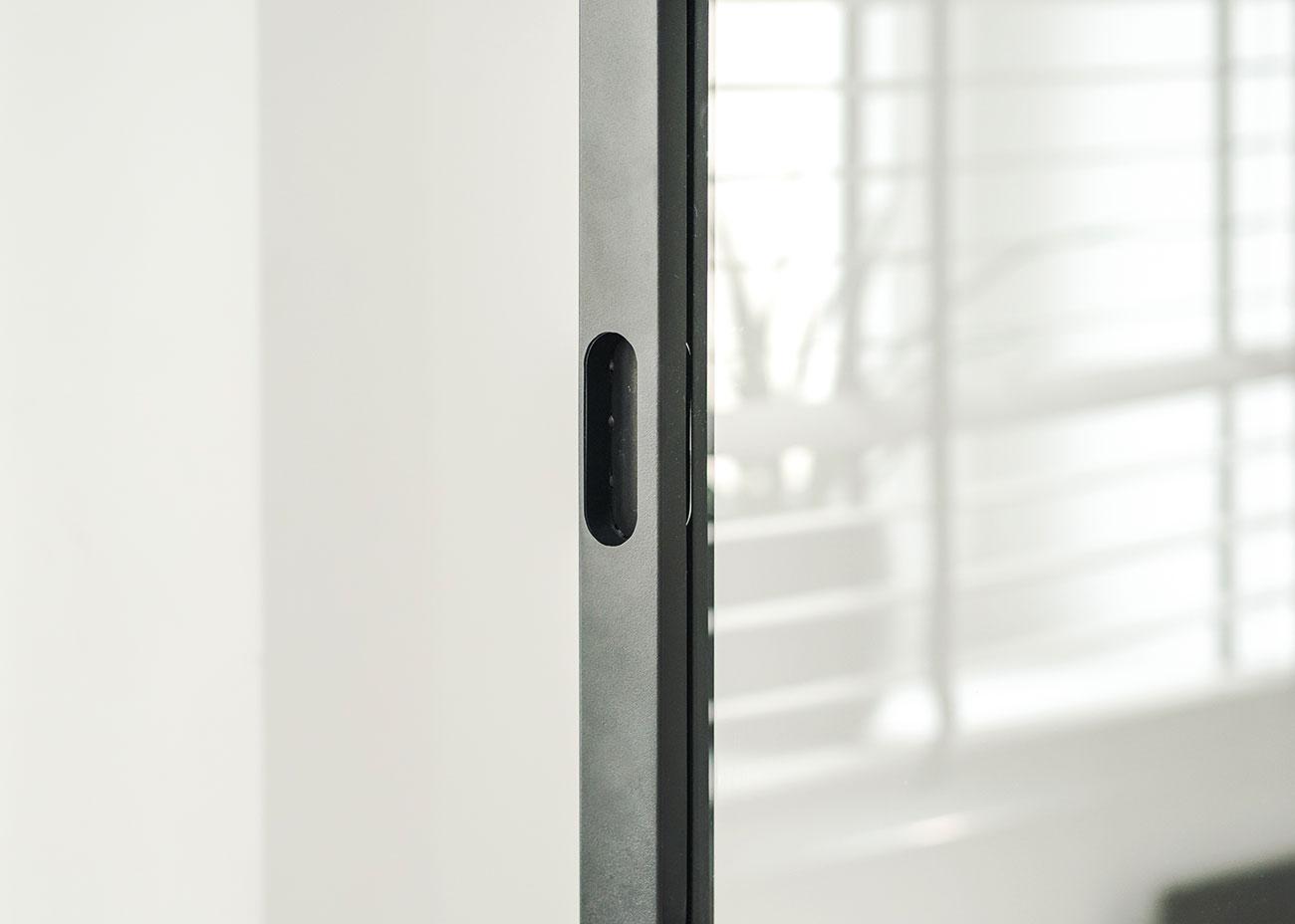 Fragment ramy drzwi przesuwnych