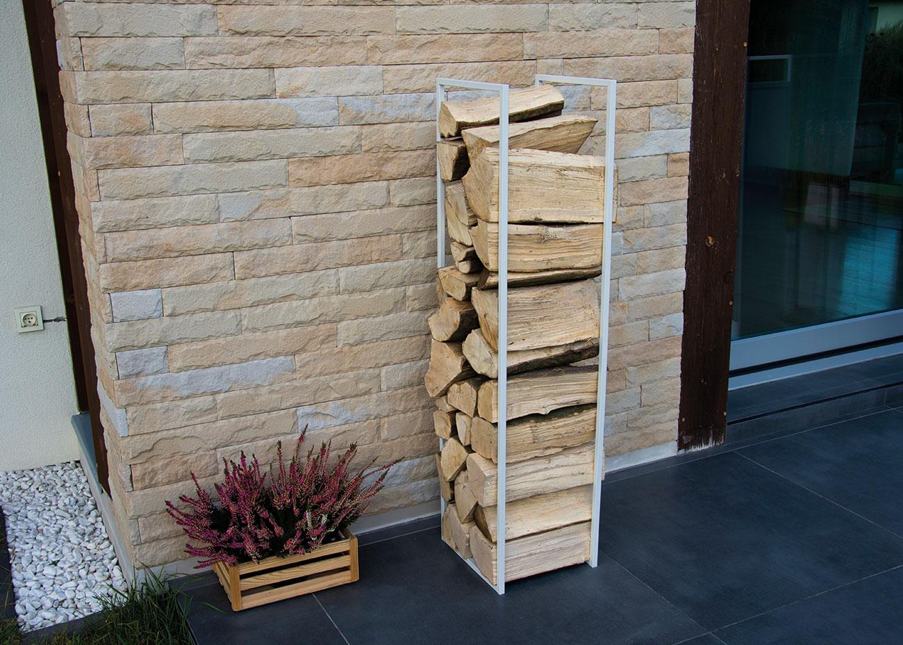 Biały stojak MILOS z drewnem
