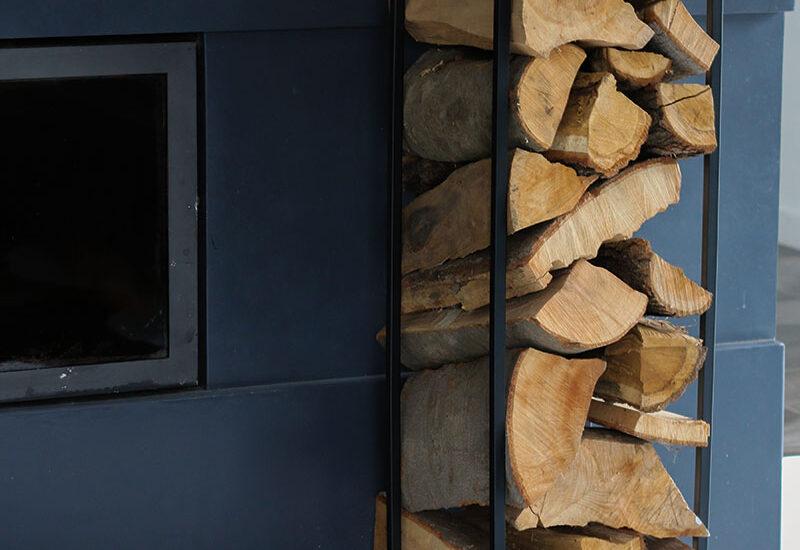 Czarny stojak MILOS z drewnem