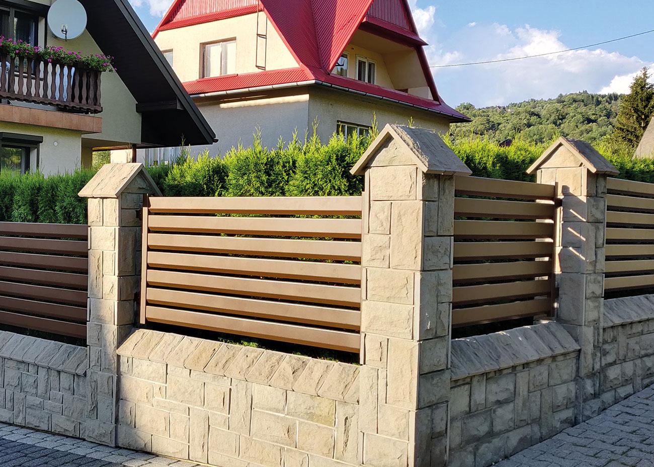 Słupy z metalowym ogrodzeniem